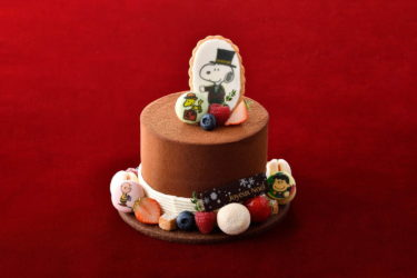 "【Tenmabashi】 The Imperial Hotel is now taking reservations for its Christmas Cake 2020, including a ""Doorman Snoopy"" silk hat-shaped cake!"