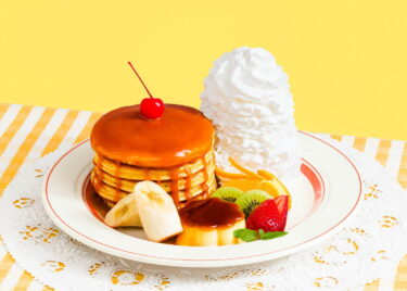 """Eggs 'n Things is releasing limited edition pancakes with a """"Pudding a la Mode"""" motif starting today for this month only!"""